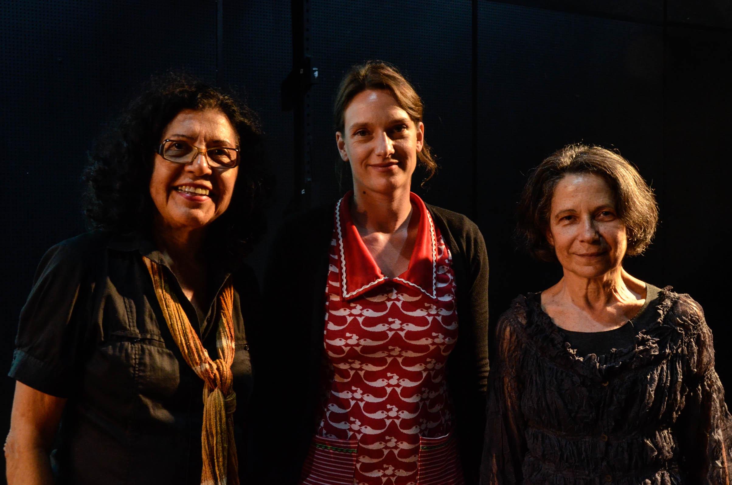A idealizadora do Conexão Dança Alemha-Bahia, Carmen Paternostro, ao lado das palestrantes Yvonne Hardt e Helena Katz, jornalista e professora da PUC-SP. Foto: Virgínia Andrade