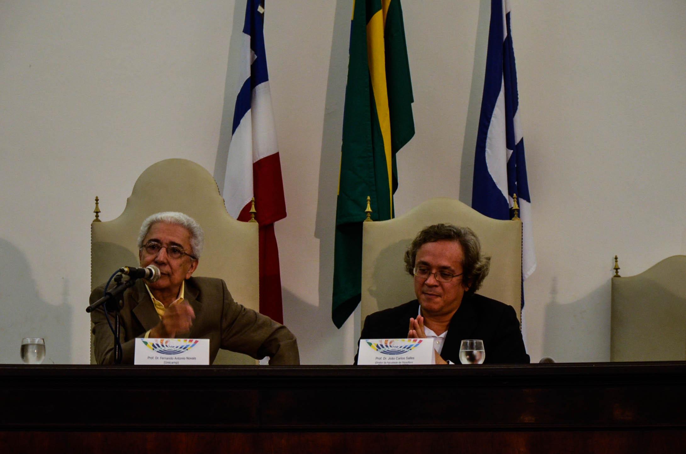 O professor Antônio Novais (à esquerda), fala sobre as interpretações da independência do Brasil. Foto: Virgínia Andrade