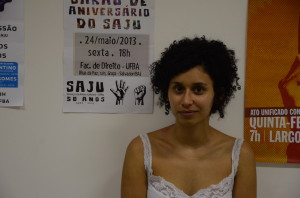 A aluna de Direito Bruna Portella presta serviço no SAJU e explica o funcionamento do projeto.  Foto: Edvan Lessa