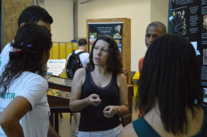 Professora Carla Menegola é a coordenadora do Museu, que ainda sobrevive sem espaço próprio. Foto: Victória Libório