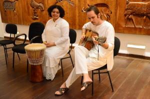 Músicos ligados à Brahma Kumaris se apresentaram na abertura da exposição. Foto: Gustavo Salgado