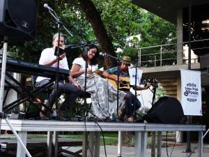 Nílson Galvão, Mariana Paiva e Fábio Haendel compartilham palco, poesia e música durante o Sarau. Foto: Lorena Brandão
