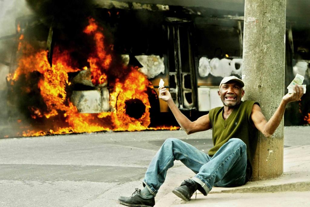 Ônibus incendiado  pela facção criminosa  PCC,  na Rua João Prastes Del Rei, Jardim Nazaré. Em 14 de maio de 2006 ( Foto: Bruno Miranda/Folha Imagem,COTIDIANO)