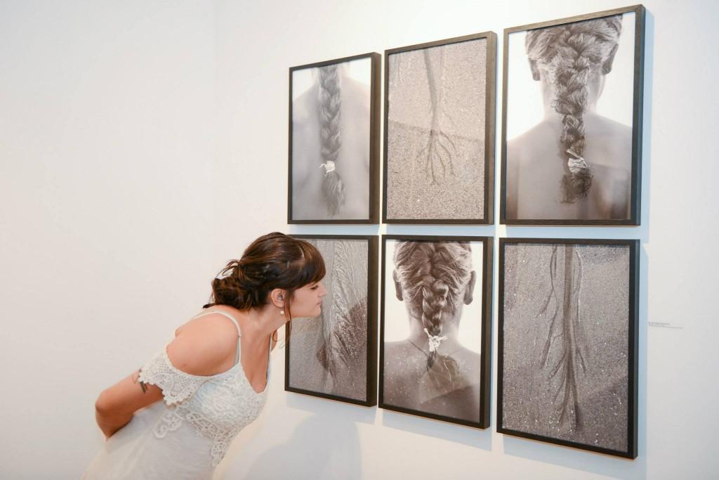 Natália Reis e fotos da exposição. Foto: Octopus Estúdio e Agência de Imagem.