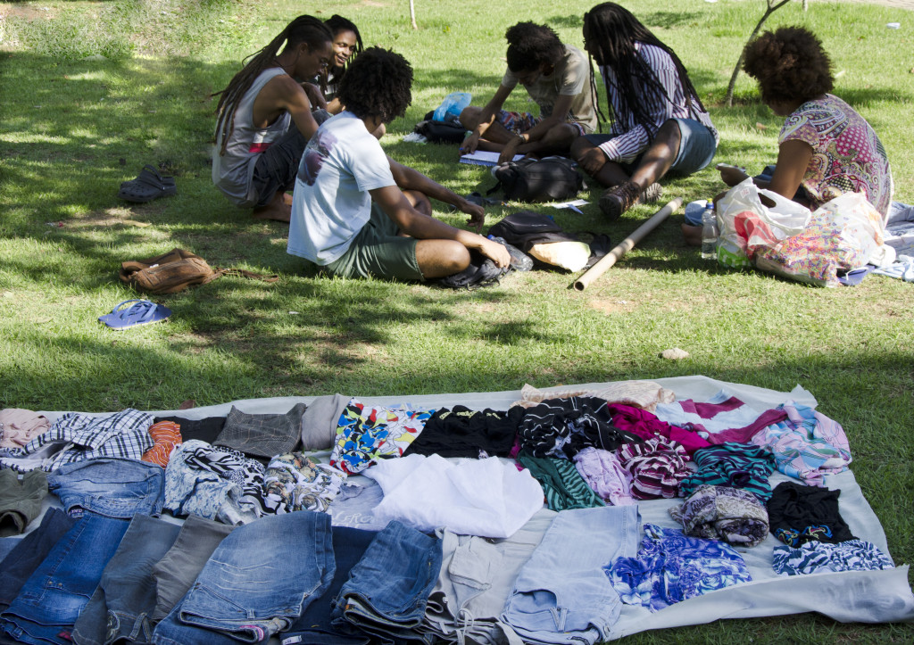 Bazar foi viabilizado pela doação de roupas