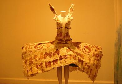 """""""Curiosamente, mulheres foram as que mais estranharam vestido com sangue menstrual"""", conta monitora da exposição 365 Luas"""