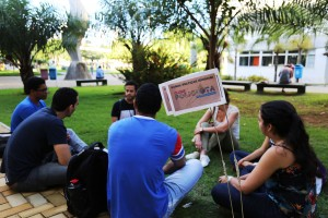 Estudantes do grupo Poliglotas se reúnem na Praça das Artes Foto: Greice Mara