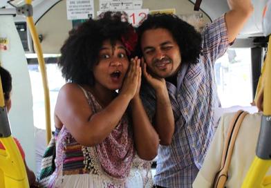"""Coletivo """"Curta Cena no Buzu"""" leva diversão e entretenimento aos ônibus coletivos"""