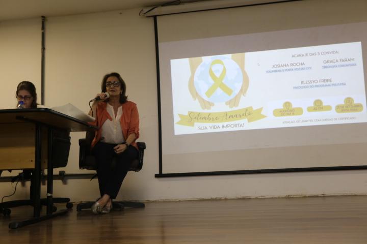Graça fala sobre a terapia comunitária, que acontece na UFBA (Foto: Lua Gama)