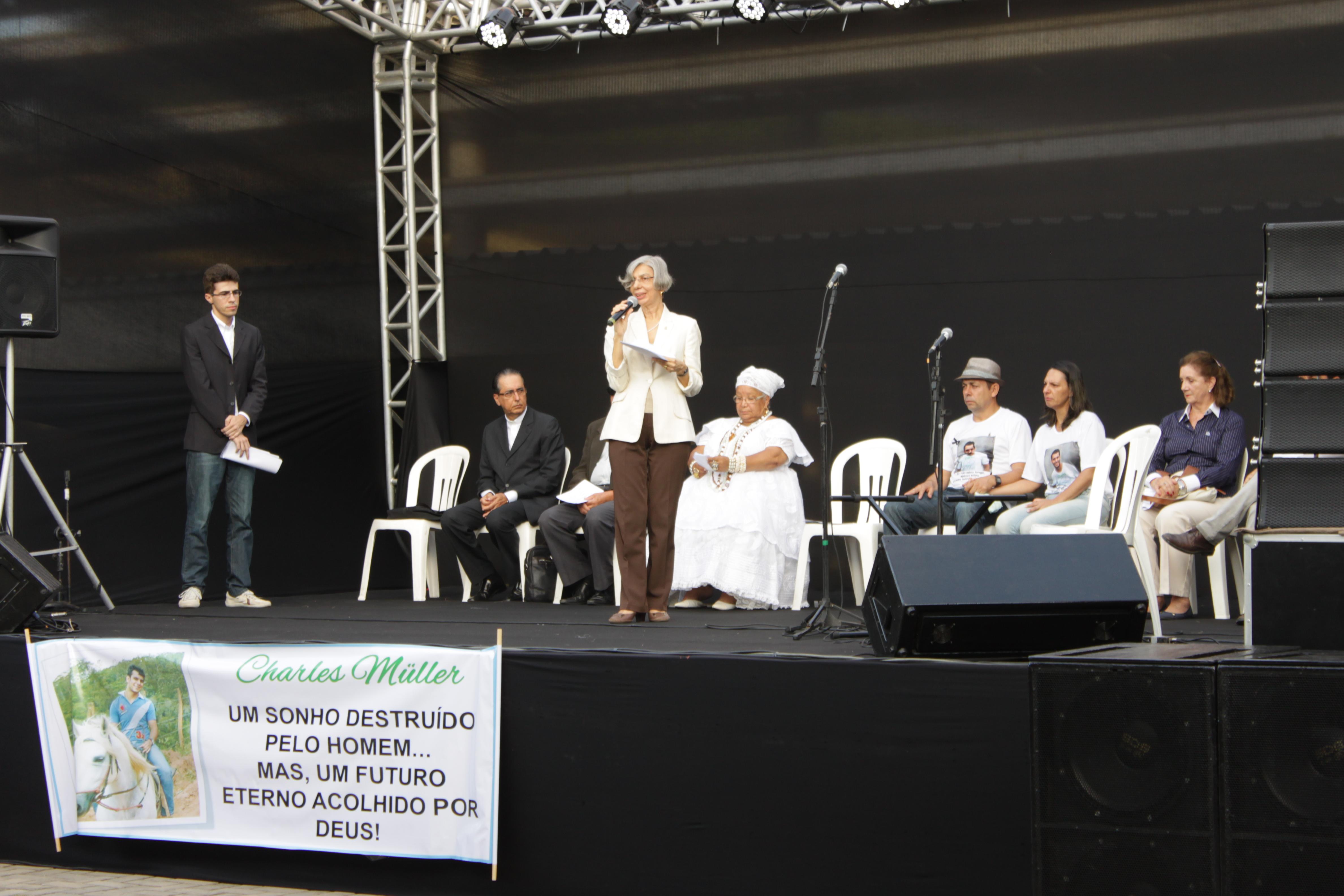 Reitora Dora Leal Rosa se pronuncia em culto ecumênico (Foto: Nadia Moragas/Proext)