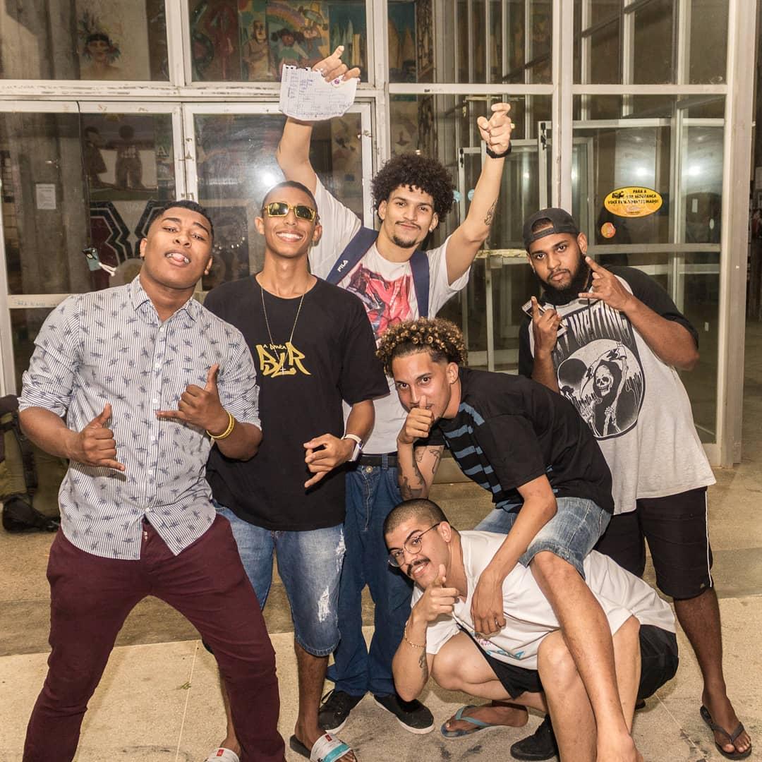 Em pé, da esquerda para a direita: Alex Pantera, VL, Alexandre Marroquino, Daniel Guedes. Agachados: Renilton (camisa preta) e Mustache (camisa branca) (Foto: Divulgação)