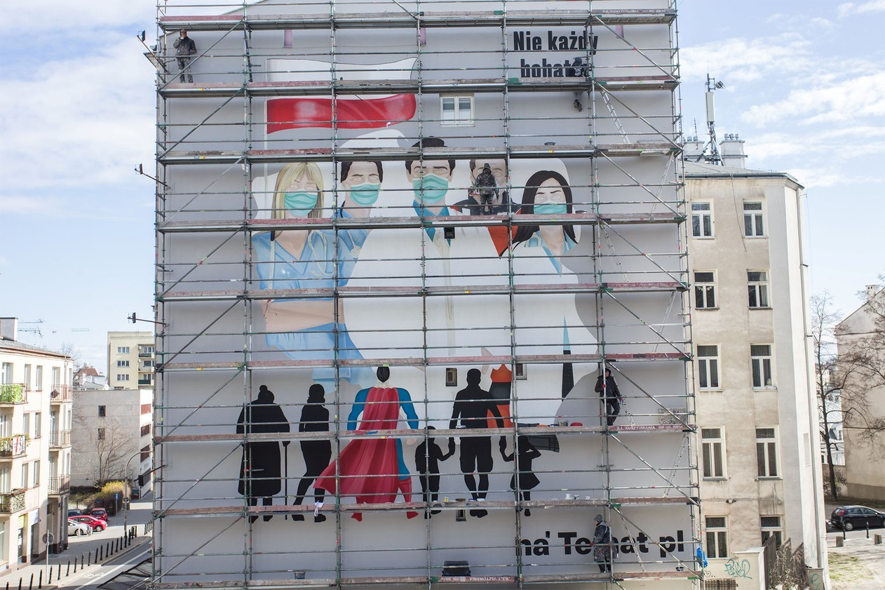 Mural faz homenagem a equipes médicas em tempos de pandemia de coronavírus em Varsóvia, na Polônia