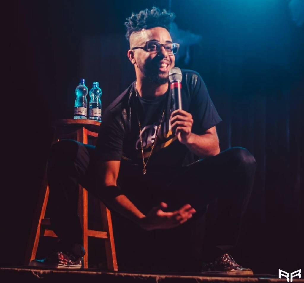 O humorista Danilo Santiago em apresentação de stand up em fevereiro deste ano (Foto: Rafael Rodrigues)