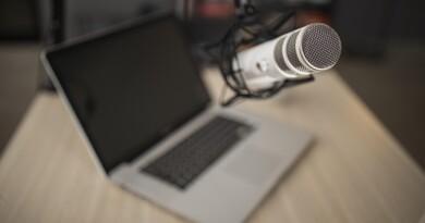 alto-angulo-do-microfone-de-radio-e-laptop_23-2148808748