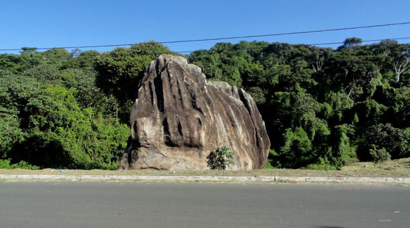 A Pedra de Xangô é considerada sagrada pelos praticantes do Candomblé e é um local de oferendas (Foto: Tony Bittencourt)
