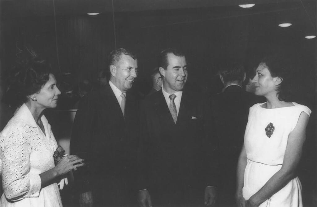 Lina Bo Bardi à direita durante a inauguração do MAM em 1960, no foyer do Teatro Castro Alves (Foto: Acervo Museu de Arte Moderna da Bahia)