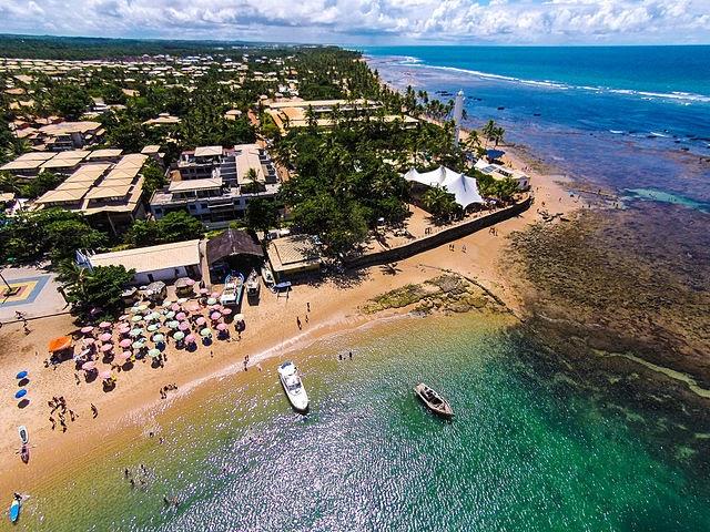 A Praia do Forte é um dos maiores atrativos turísticos do município (Foto: Wikimedia Commons/ Cleferson Comarela)