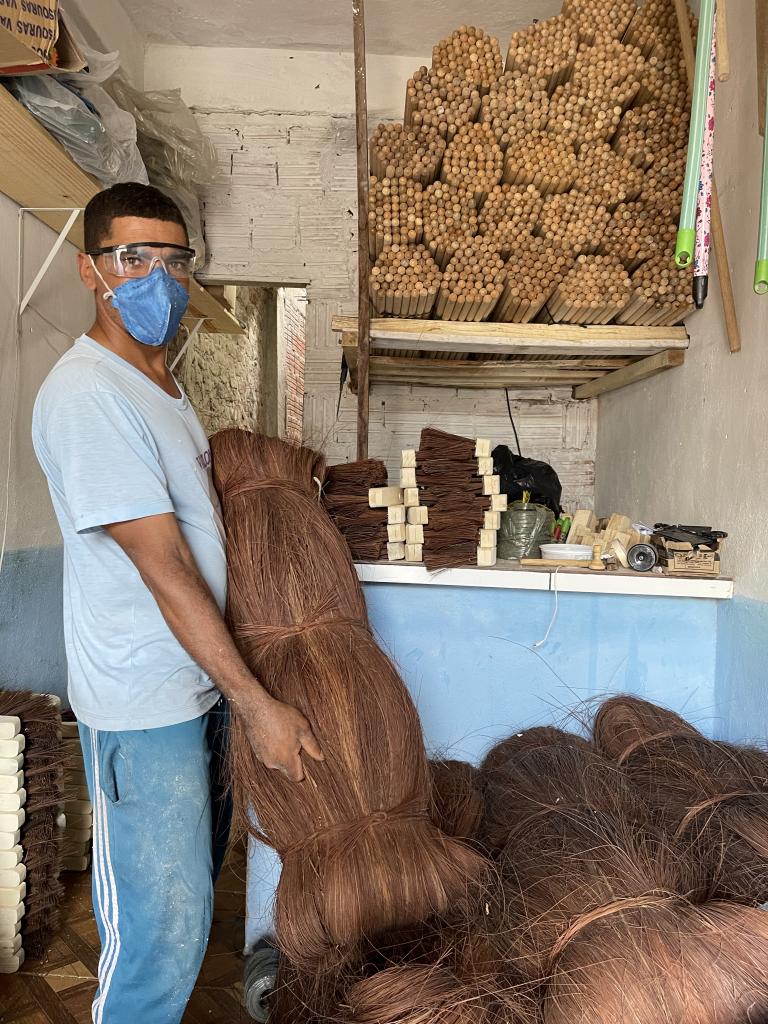 Erenildo encontrou o momento ideal para investir no sonho de ter a fábrica própria de vassouras (Foto: Ruan Amorim)